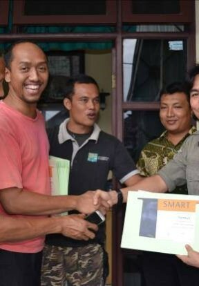 Handing certificate to participant after Smart Training in Medan